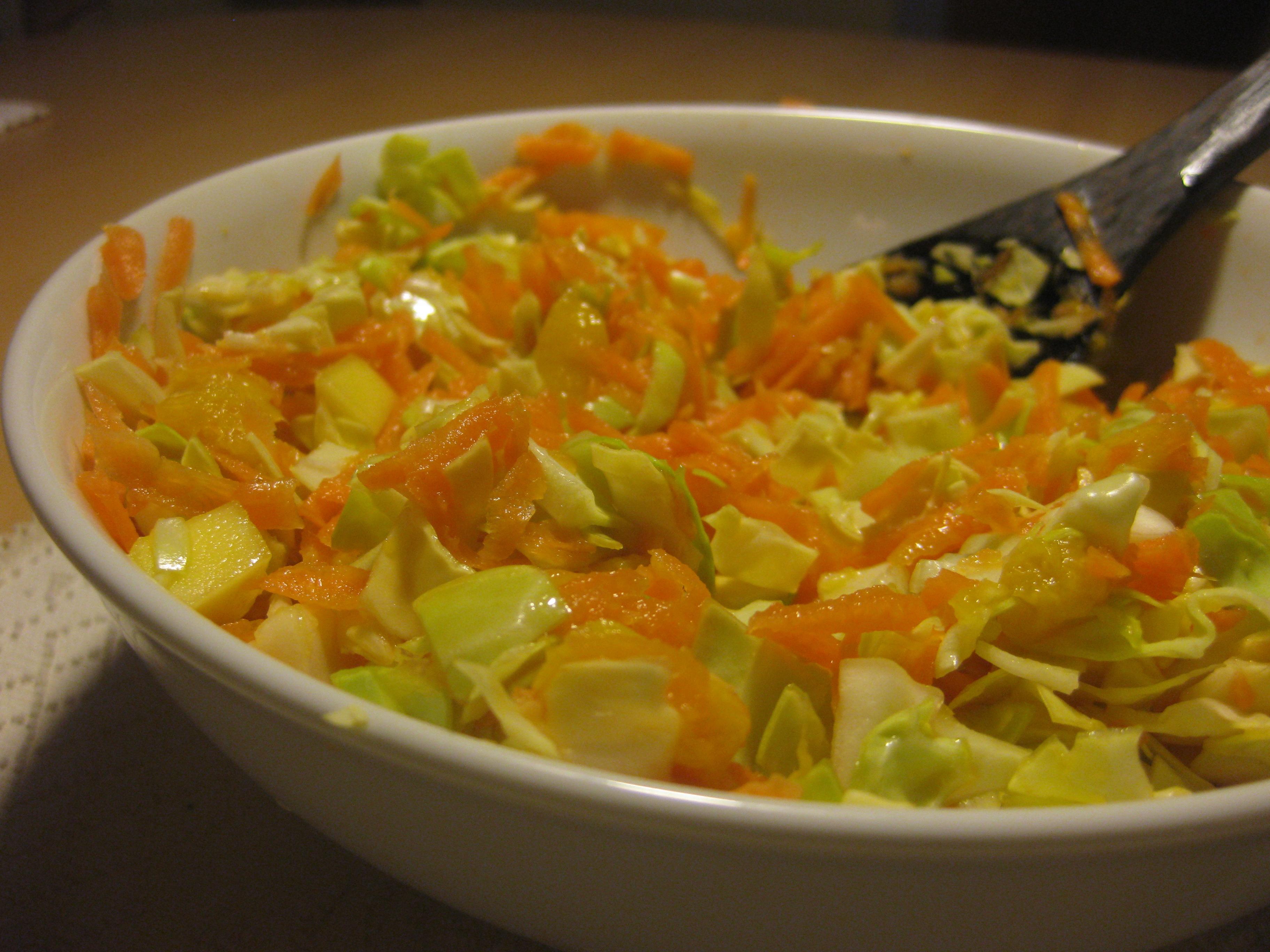 Slaw med gulerødder, spidskål og mango